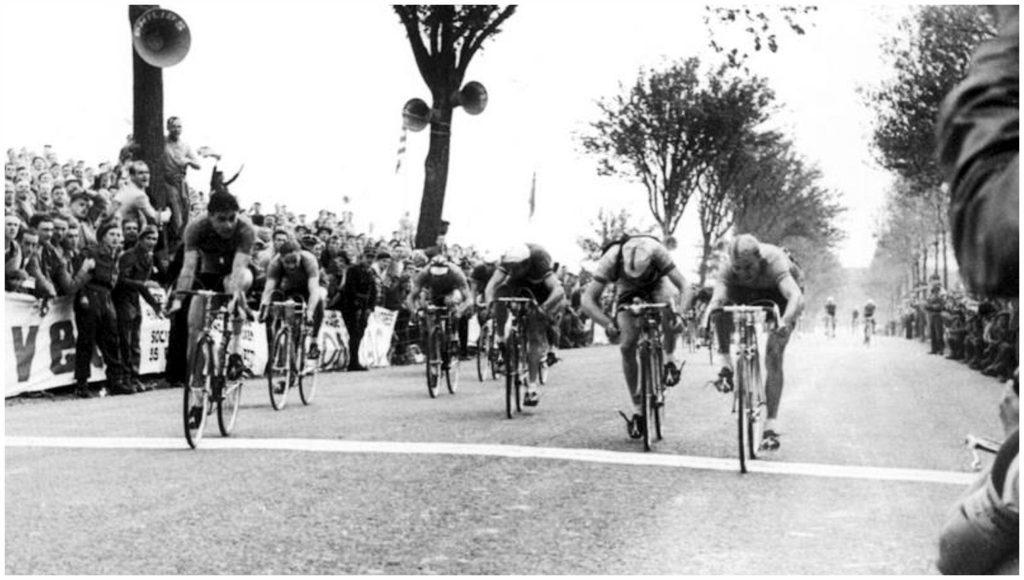 1952. WK Luxemburg. Eindsprint. Rechts Piet van de Brekel, links Ciancola.