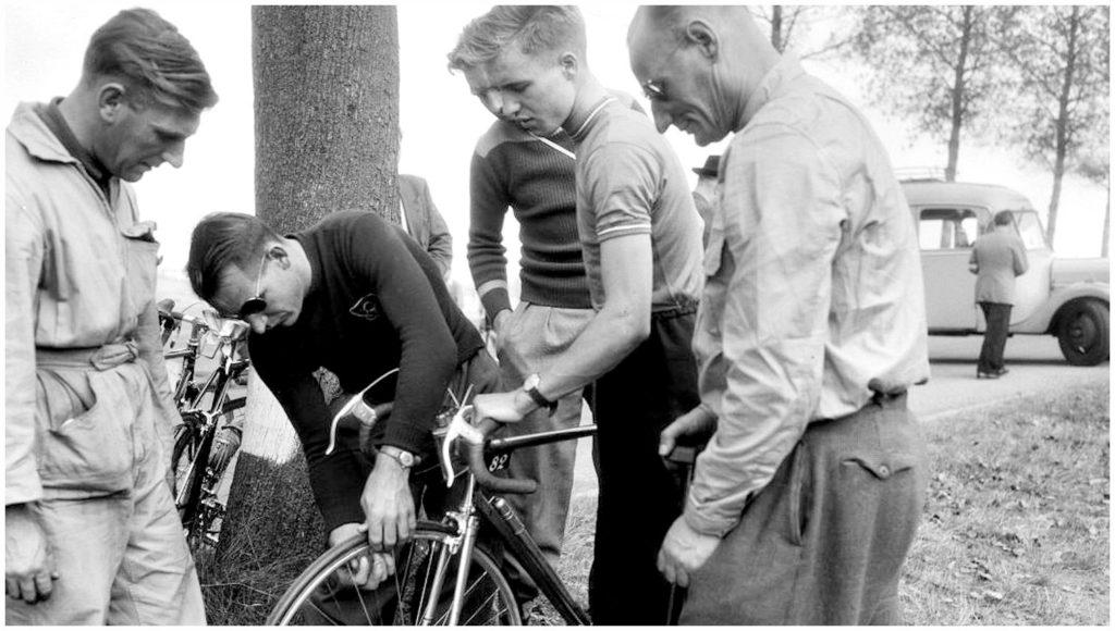 Wim van Est inspecteerd de fiets van Piet van de Brekel